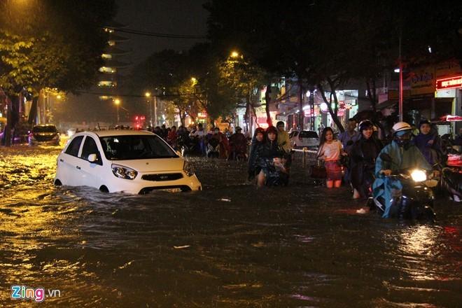 Người Sài Gòn choáng váng với cơn mưa tối tăm trời đất - ảnh 17