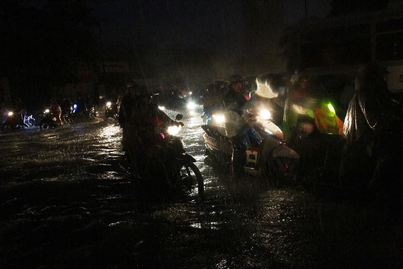 Chùm ảnh: Sân bay Tân Sơn Nhất bị biển nước vây quanh - ảnh 19