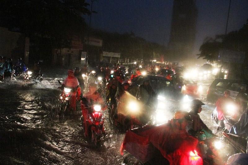 Chùm ảnh: Sân bay Tân Sơn Nhất bị biển nước vây quanh - ảnh 6