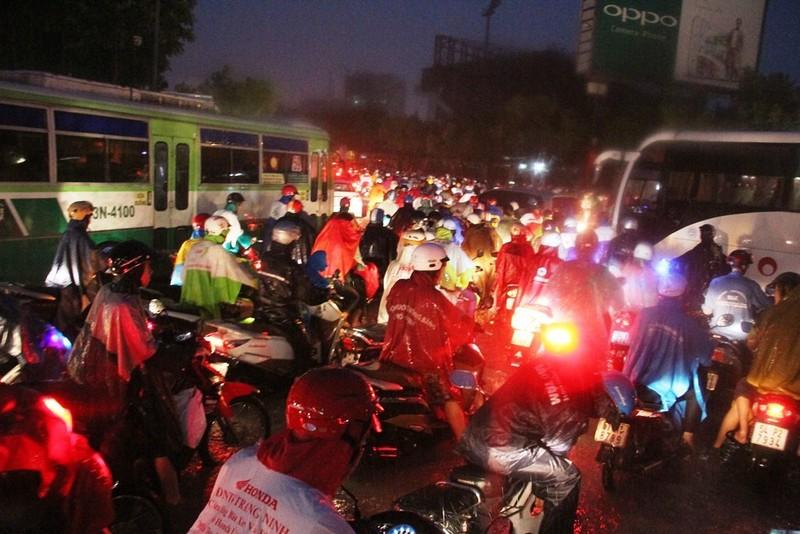 Chùm ảnh: Sân bay Tân Sơn Nhất bị biển nước vây quanh - ảnh 8