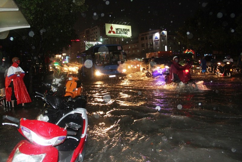 Chùm ảnh: Sân bay Tân Sơn Nhất bị biển nước vây quanh - ảnh 9