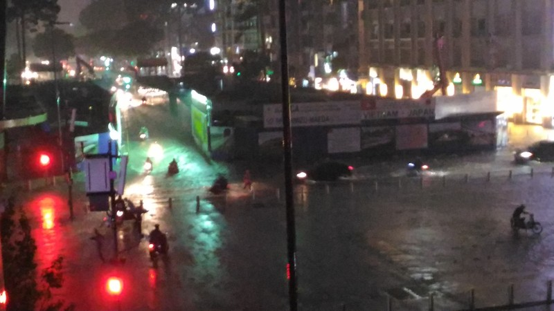 Người Sài Gòn choáng váng với cơn mưa tối tăm trời đất - ảnh 10