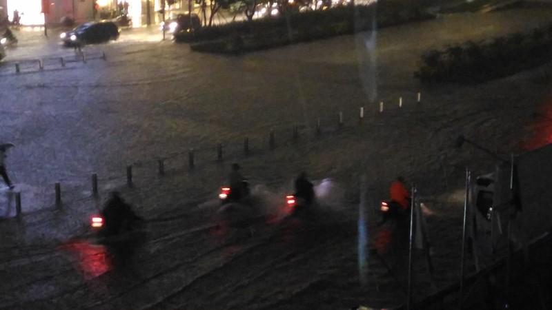 Người Sài Gòn choáng váng với cơn mưa tối tăm trời đất - ảnh 8