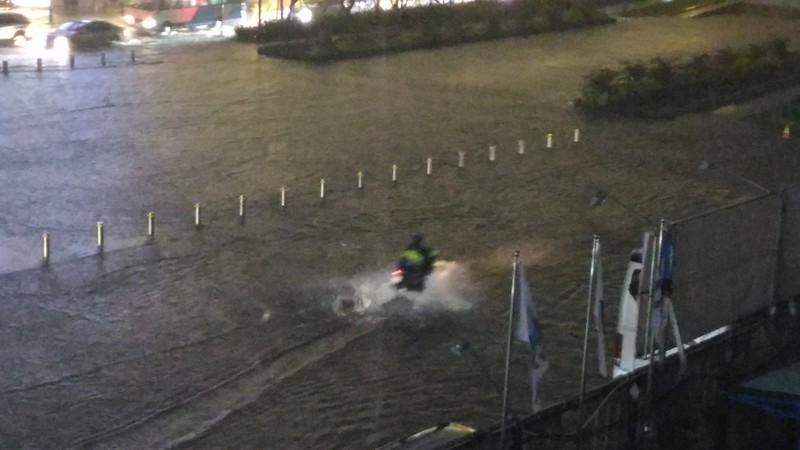 Người Sài Gòn choáng váng với cơn mưa tối tăm trời đất - ảnh 3