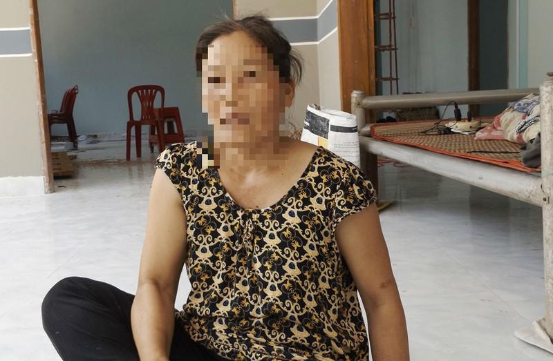 Chị Bùi Thị Hiền đang trao đổi với PV