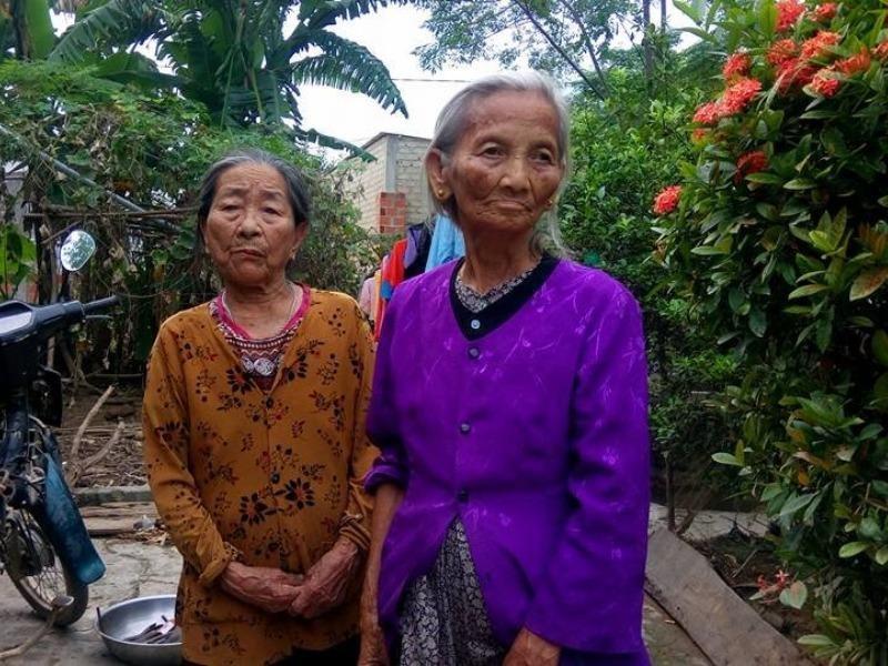 Hai cụ Phạm Thị Quyên và Nguyễn Thị Duyền, trú thôn Trung Thôn cùng bị thôn thu lại 400 ngàn tiền cứu trợ. Ảnh: ĐT