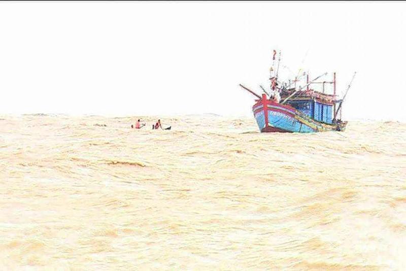 Do mưa to gió lớn tàu cá mang số hiệu QB 987.50 –TS bị mắc cạn, lật tại cửa Gianh.
