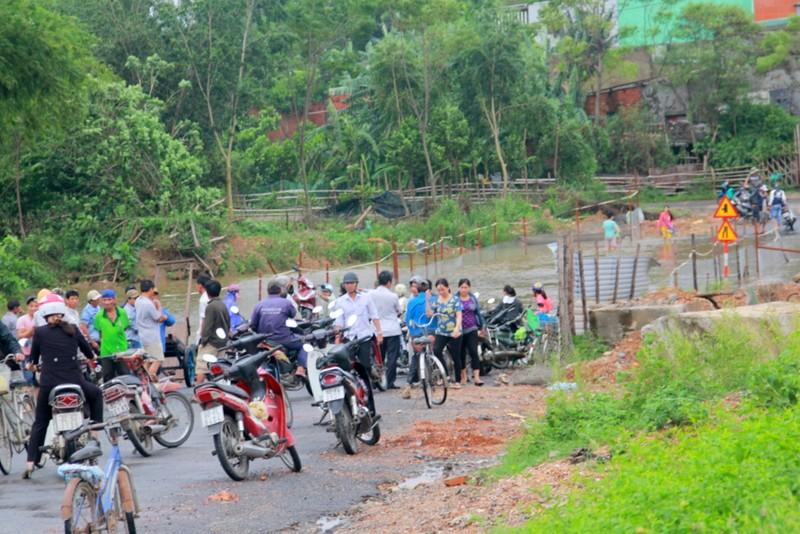 Người và phương tiện rất đông hai bên đoạn ngập lụt. Ảnh Huy Trường