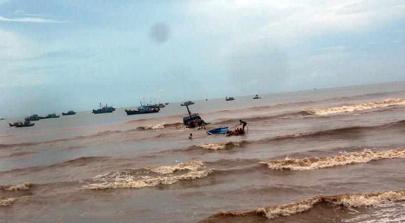 Sóng lớn đánh chìm 6 tàu thuyền trên cửa biển La Gi - ảnh 2