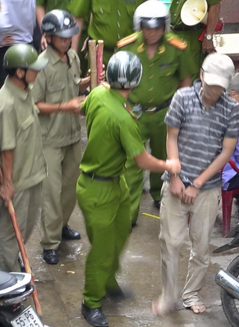 Công an đang áp giải  Dương Hiệp Thành về trại giam