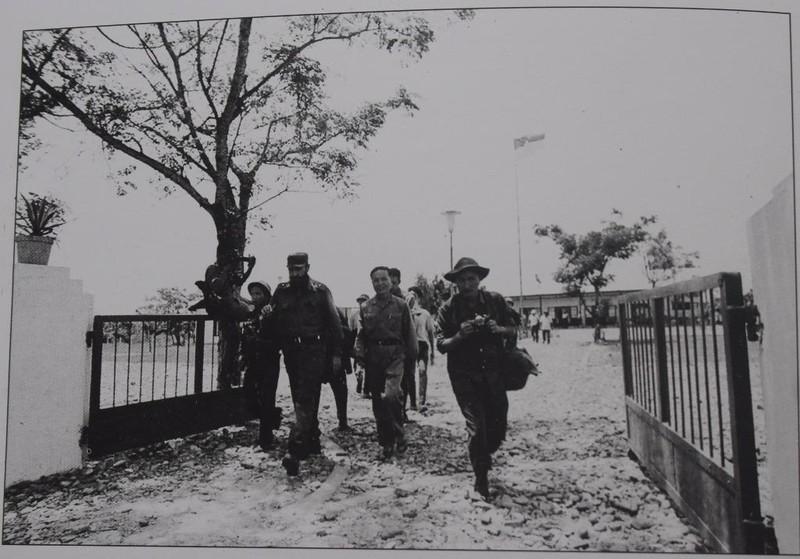 Chủ tịch Fidel Castro và phái đoàn Cu Ba rời khu chính phủ cách mạng lâm thời cộng hòa miền nam Việt Nam đến địa điểm quân dân Quảng Trị mít tinh chào đón đoàn.