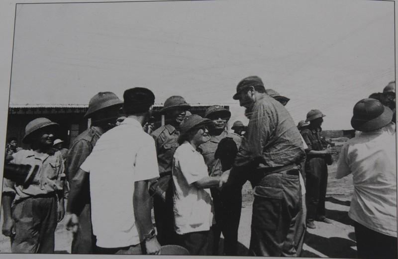 Ông Lê Hành (Lê Xích) Chủ tịch Ủy ban dân tộc giải phóng tỉnh Quảng Trị bắt tay chủ tịch Fidel Castro.