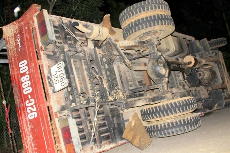 Xe chở keo lật nghiêng sau khi gây tai nạn. Ảnh Huy Trường