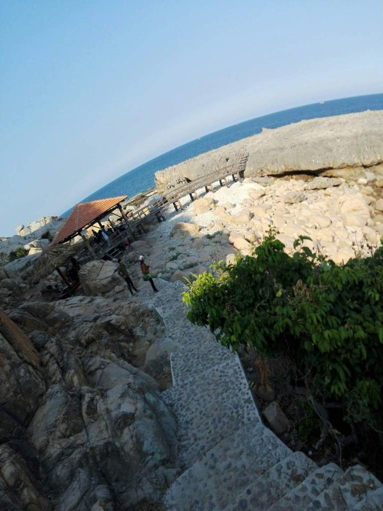 Du khách chụp ảnh ở ghềnh đá bị rơi xuống biển mất tích - ảnh 2