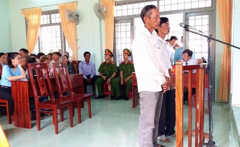 Đề nghị miễn hình phạt 2 nông dân nhận hối lộ - ảnh 1