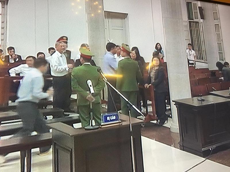 Nhiều người tới ôm, bắt tay thăm hỏi ông Đinh La Thăng - ảnh 1