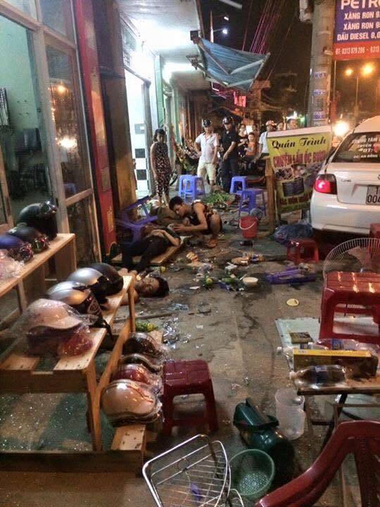 Ô tô lao vào quán ăn đêm, người bị thương nằm la liệt - ảnh 1