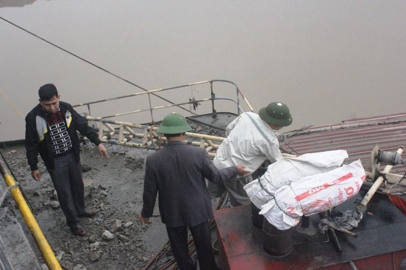 Cắt nóc cabin 'giải cứu' tàu 3.000 tấn đâm hỏng cầu An Thái - ảnh 1