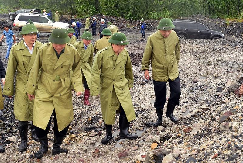 Phó Thủ tướng Trịnh Đình Dũng đi kiểm tra tình hình chống bão của các mỏ than tại Quảng Ninh sáng 19-10