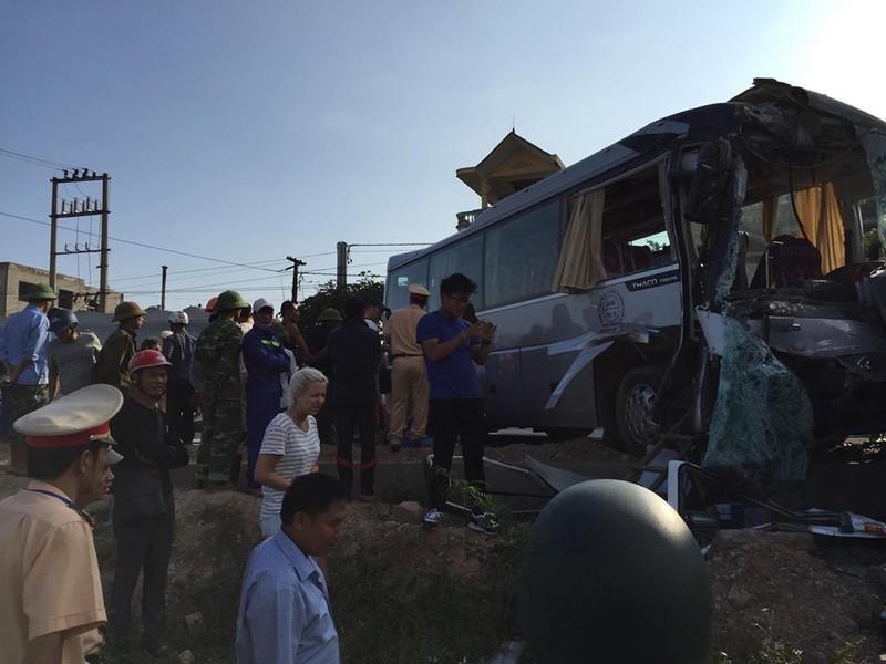 Xe khách đối đầu xe du lịch, khách nước ngoài bị thương - ảnh 3