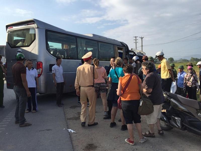 Xe khách đối đầu xe du lịch, khách nước ngoài bị thương - ảnh 2