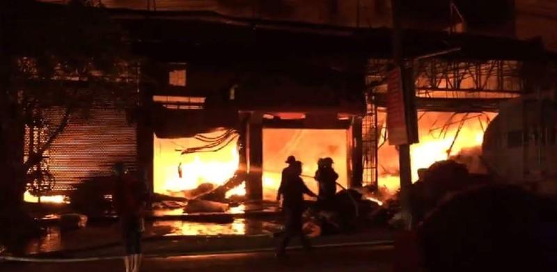 Cửa hàng đệm nội thất ngùn ngụt cháy - ảnh 2