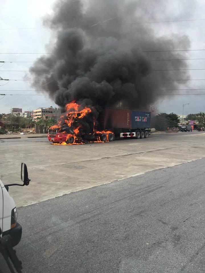 Đầu kéo container cháy ngùn ngụt khi lưu thông - ảnh 1