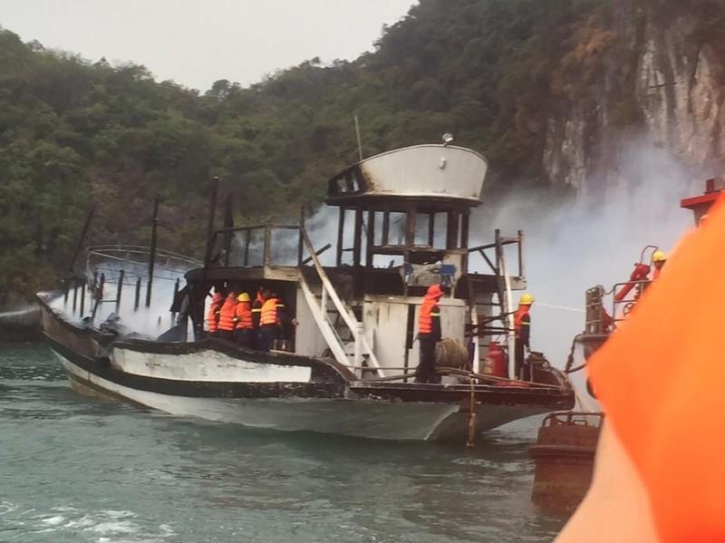 Tàu du lịch chở 21 người đậu ở Hạ Long bốc cháy - ảnh 1