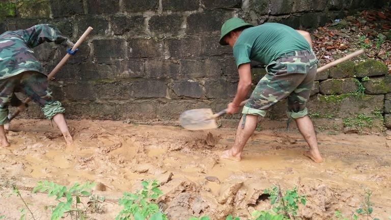 Hàng ngàn m3 bùn đất ập xuống khu dân cư - ảnh 4