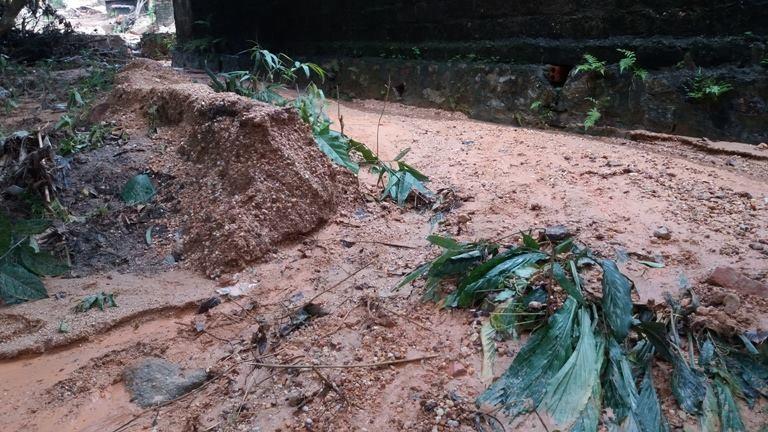Hàng ngàn m3 bùn đất ập xuống khu dân cư - ảnh 1