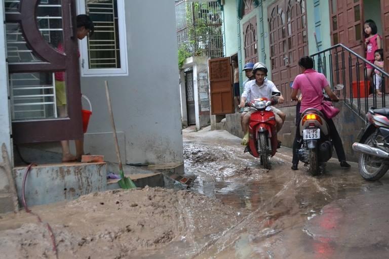 Hàng ngàn m3 bùn đất ập xuống khu dân cư - ảnh 2