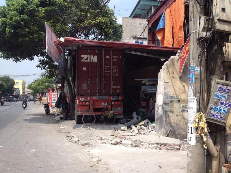 Container mất lái đâm xuyên 4 nhà dân - ảnh 1