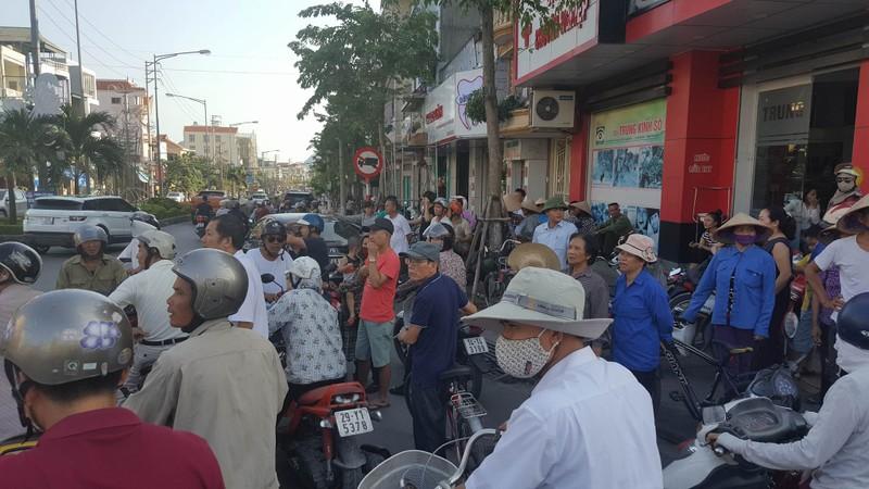 Nhiều người dân tò mò vây quanh hiện trường vụ nổ taxi