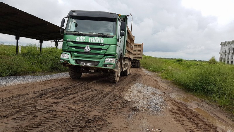 Bắt quả tang đoàn xe tải chở đất thải vào khu dự án nhà ở - ảnh 1