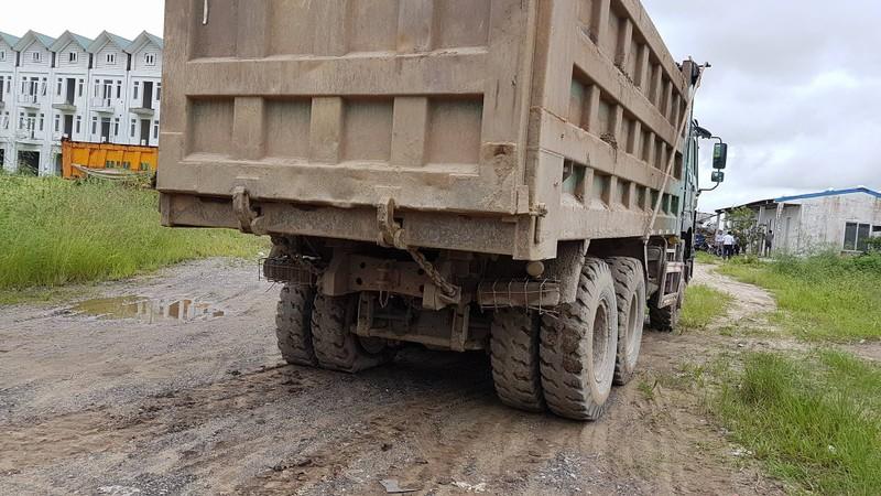 Bắt quả tang đoàn xe tải chở đất thải vào khu dự án nhà ở - ảnh 2