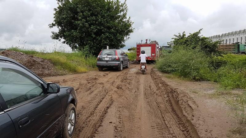 Bắt quả tang đoàn xe tải chở đất thải vào khu dự án nhà ở - ảnh 3