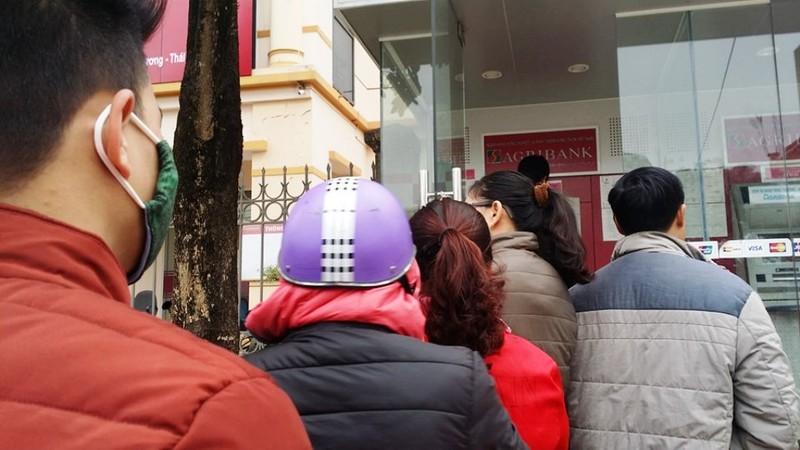 Người dân xếp hàng đợi rút tiền ngày giáp Tết - ảnh 2