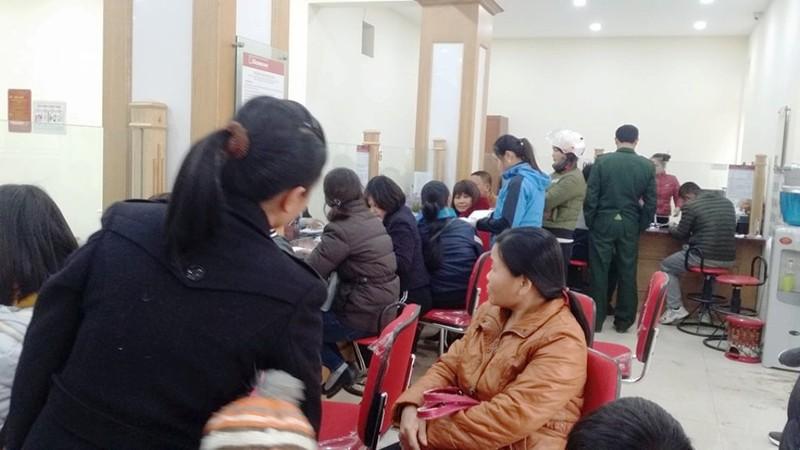Người dân xếp hàng đợi rút tiền ngày giáp Tết - ảnh 4