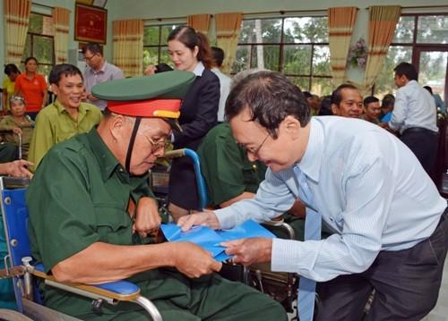 MB tặng quà thương, bệnh binh và người có công   - ảnh 1