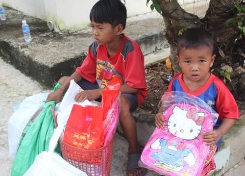 """""""Vòng tay yêu thương"""" đến với trẻ em nghèo Bình Phước - ảnh 5"""