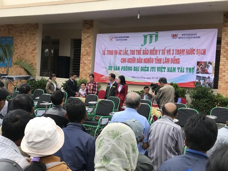 JTI Việt Nam tặng xe lăn, thẻ BHYT cho người nghèo - ảnh 1
