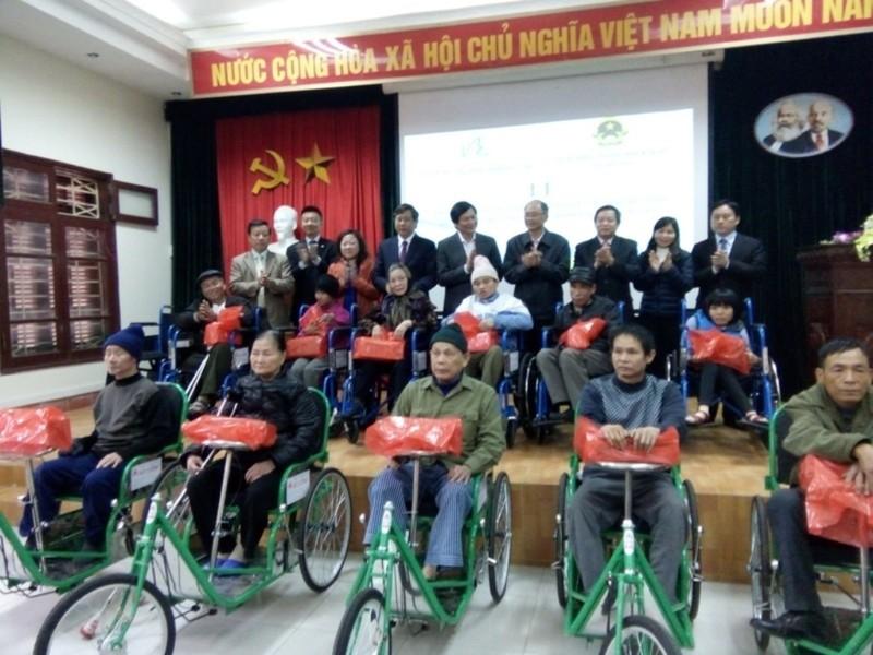 Trao 150 xe lăn, xe lắc cho người khuyết tật - ảnh 1