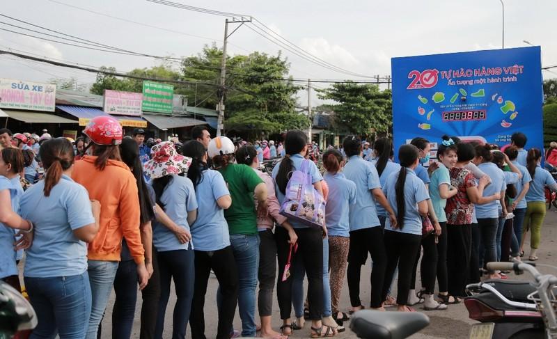 Dân Việt ùn ùn xếp hàng dài ủng hộ hàng Việt - ảnh 1
