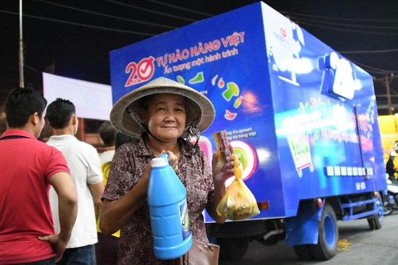 Dân Việt ùn ùn xếp hàng dài ủng hộ hàng Việt - ảnh 2