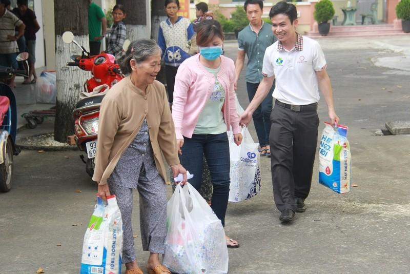 Tôn Hoa Sen tặng quà cho người nghèo đón Tết 2018 - ảnh 2