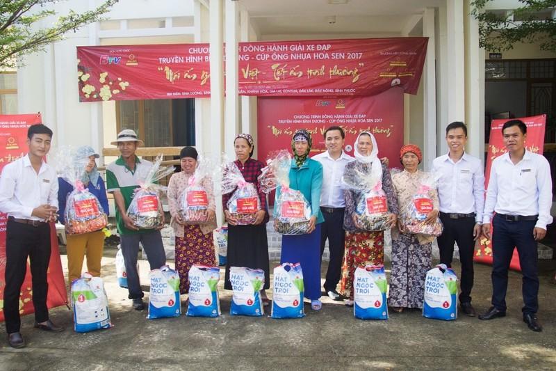 Tôn Hoa Sen tặng quà cho người nghèo đón Tết 2018 - ảnh 1
