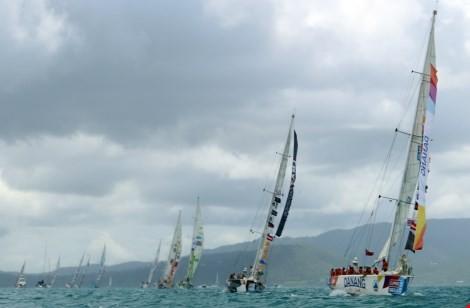 Doanh nhân tầm cỡ thế giới mặc quần đùi đua thuyền buồm - ảnh 1