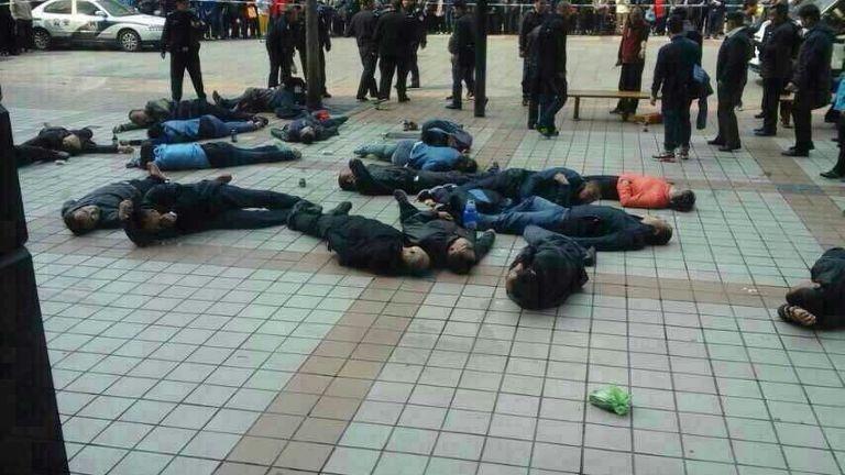 30 người biểu tình uống thuốc trừ sâu, ngất xỉu trên đường phố - ảnh 1