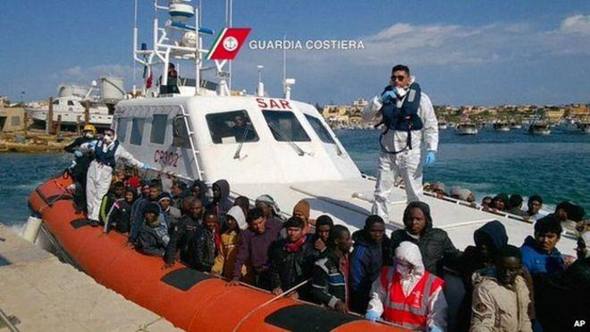 Cứu 1500 người vượt biên trên biển trong vòng 24 giờ - ảnh 1