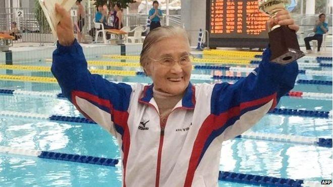 Cụ bà 100 tuổi lập kỷ lục bơi 1.500m - ảnh 1